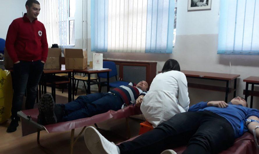 """Учениците и вработените од СОУ"""" Љупчо Сантов"""" даруваа крв"""