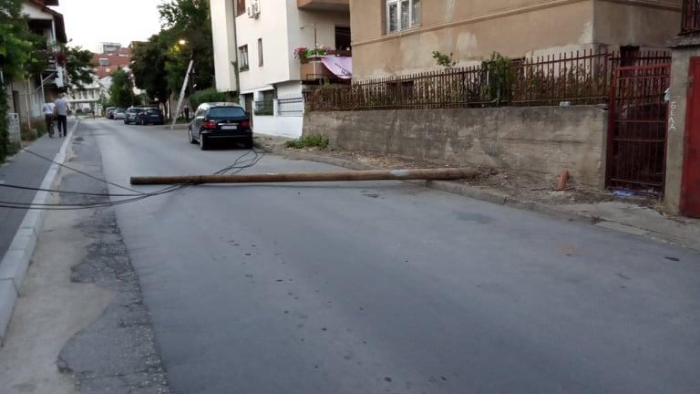 """""""Гласно"""" репортер: Падната бандера го попречи сообраќајот на улицата """"Браќа Ставреви"""""""