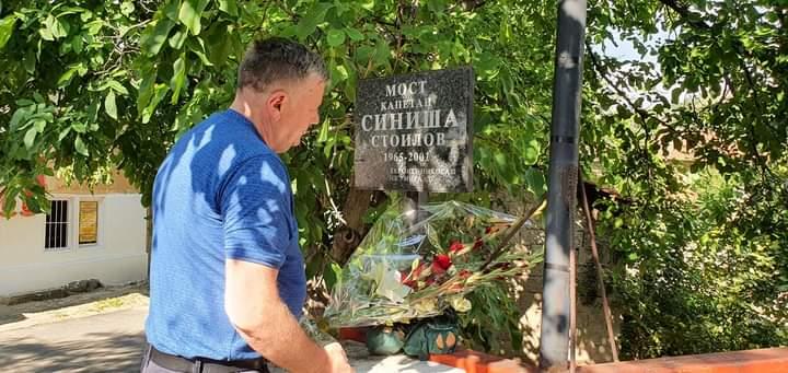 Положено свежо цвеќе на споменикот на Синиша Стоилов во Зрновци