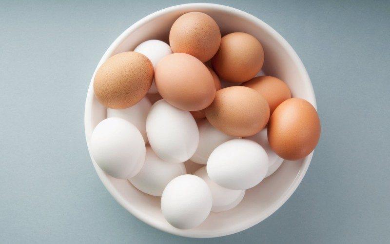 Која е разликата меѓу кафените и белите јајца?
