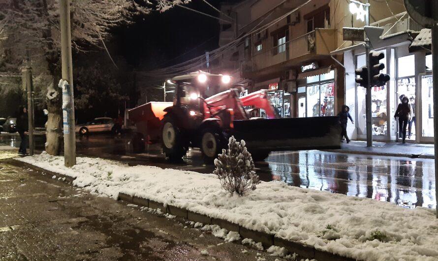 Зимската служба интервенира на градските улици во Кочани
