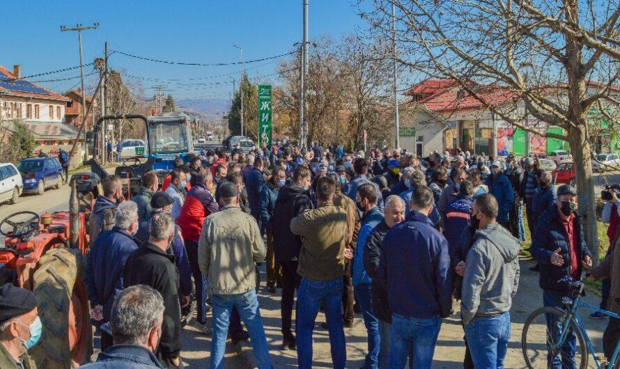 Оризопроизводителите го блокираа патот Кочани – Штип, бараат исплата на субвенциите