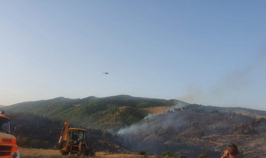 Хеликоптерите на АРМ веќе гаснат над Кочани, објектот на Фабриката за вода и околните куќи се заштитени од огнот