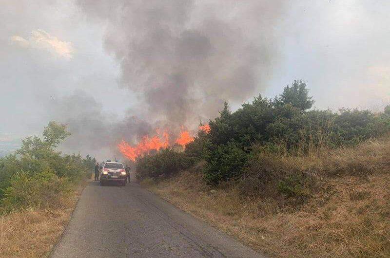 Сѐ уште е активен пожарот над Кочани, се интервенира со сите расположливи ресурси