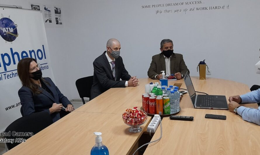 """Амбасадорката на САД, Кејт Мари Брнз во официјална посета на """"Амфенол Технолоџи Македонија"""""""