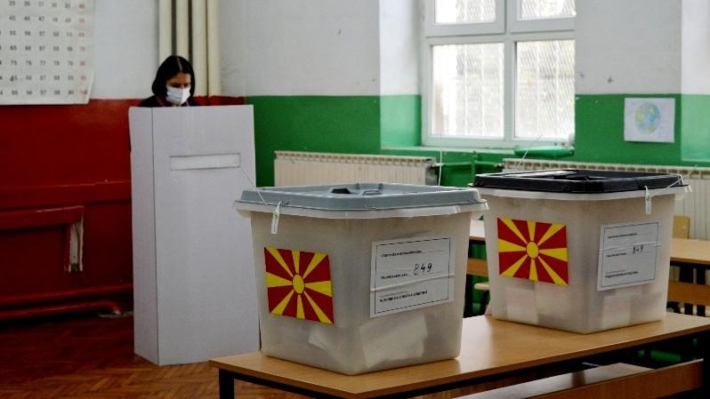 Времен прекин на гласањето на избирачко место во Кочани, графити и плакати среде изборен молк во Облешево, информираа од МВР