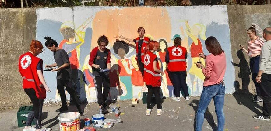 Волонтери на Црвен крст – Кочани нацртаа мурал по повод Неделата на млади на Црвен крст