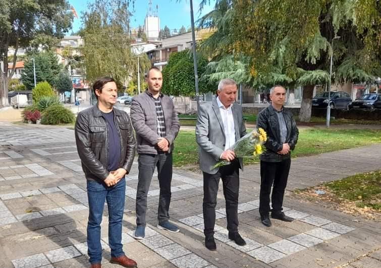 Делегација на ОК на ВМРО-ДПМНЕ Кочани положи свежо цвеќе по повод 23 Октомври, Денот на Македонската револуцинерна борба